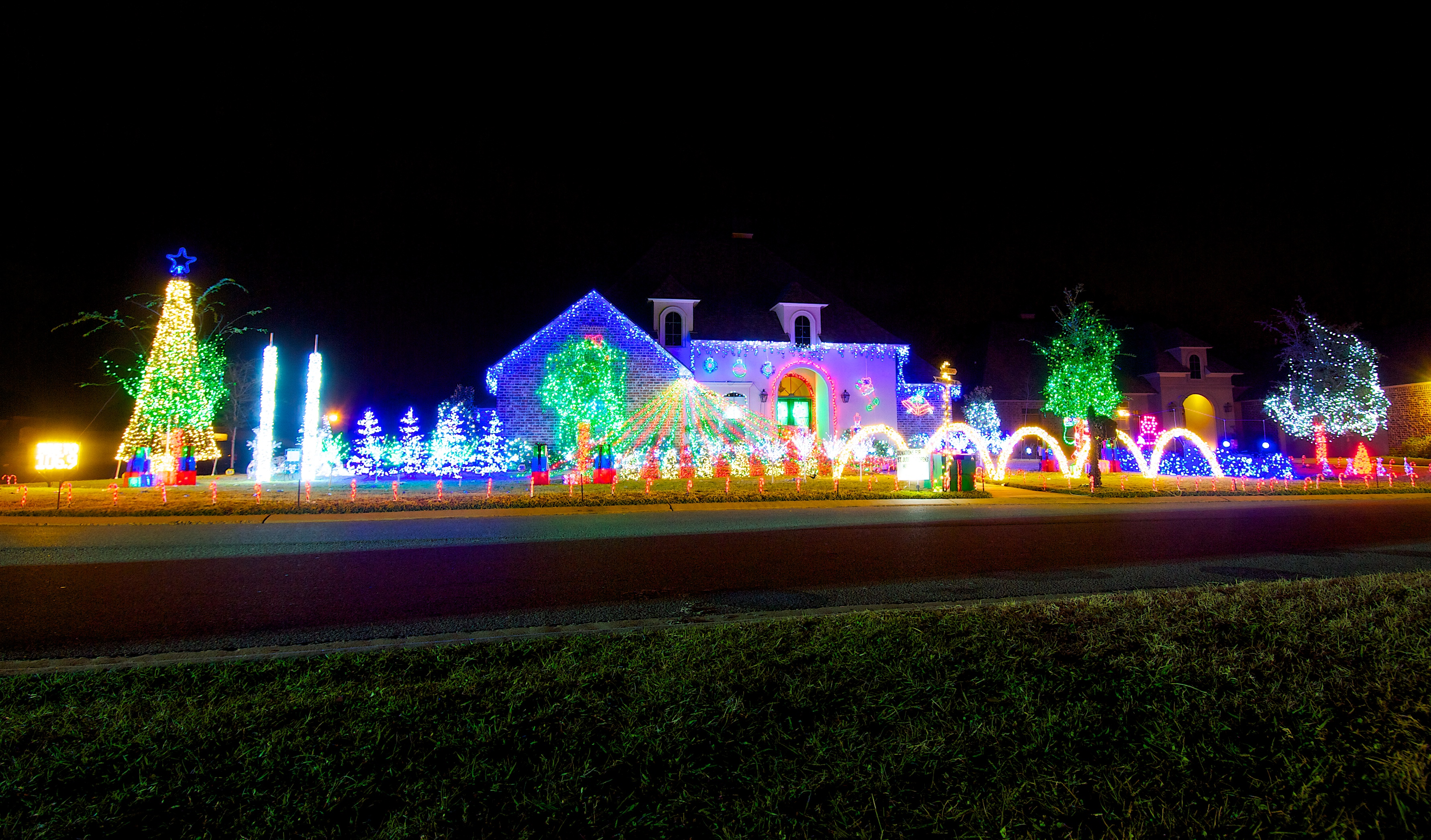 Cars line up nightly to see holiday lights at this Gonzales home - [225]