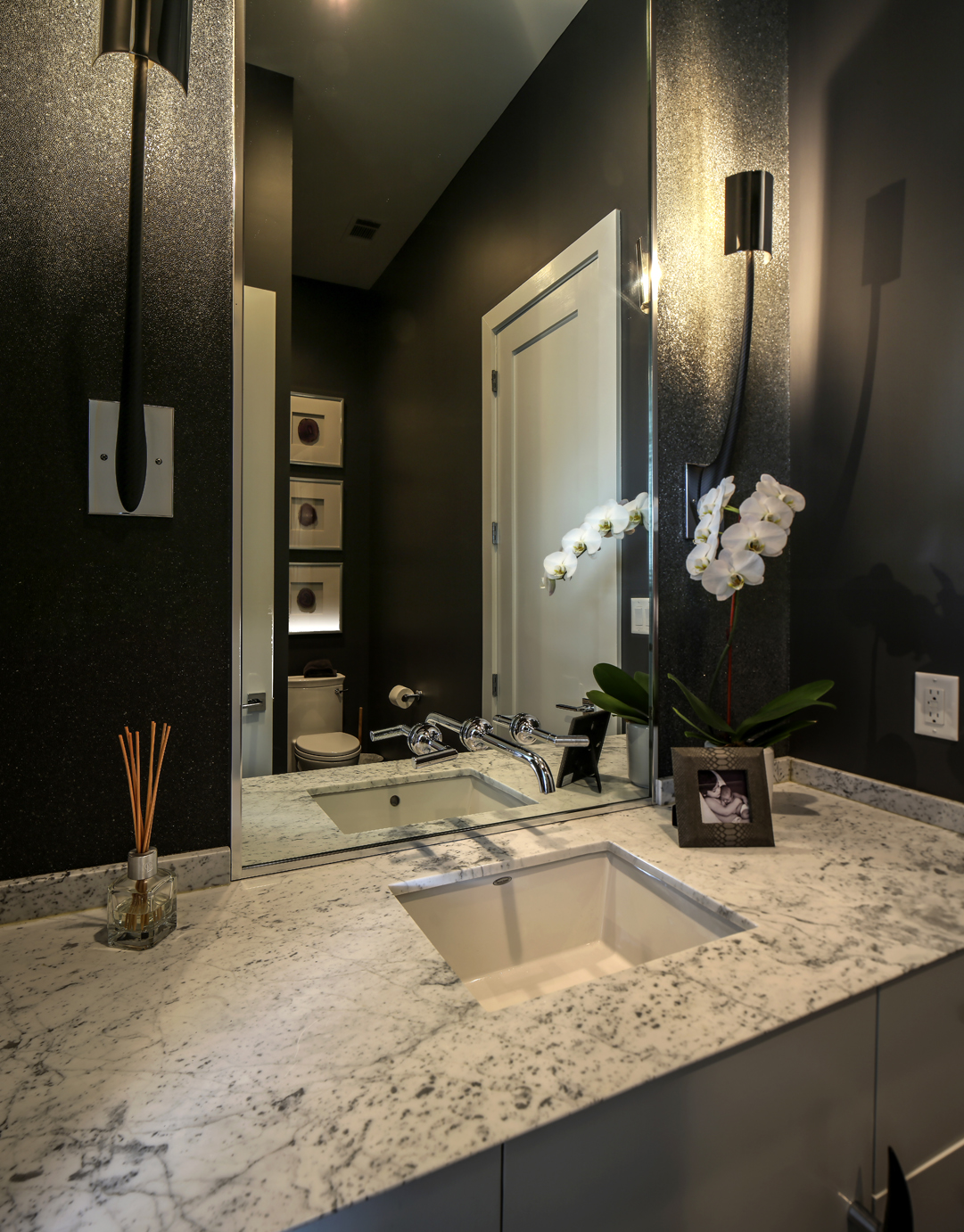 Out Of The Box Modernist Architecture Makes A Home Shine In One Way Mirror Bathroom